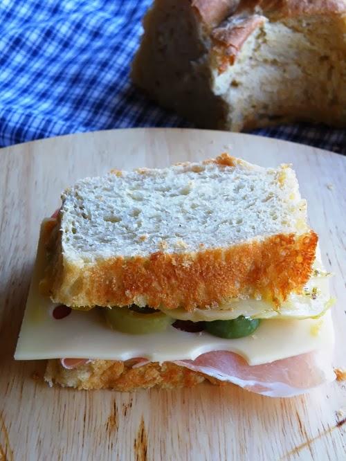 Il mio pranzo superveloce. Panino con verdure sott'olio, crudo e formaggio