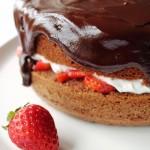 Torta al cioccolato, panna e fragole. Auguri mamma!