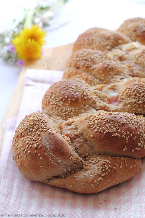 Treccia di pane al formaggio e prosciutto