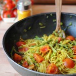 Spaghettini integrali risottati con asparagi selvatici, pachino e curcuma