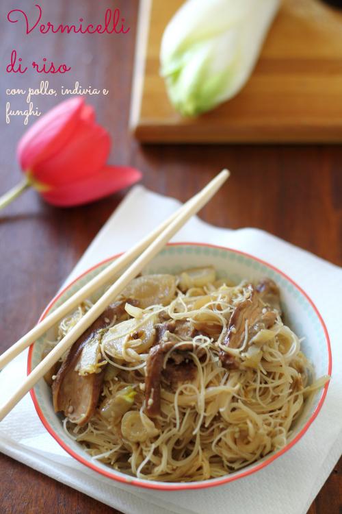 Vermicelli di riso con pollo, indivia, funghi secchi e germogli di soia