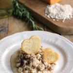 Risotto col tastasàl su crema al Parmigiano Reggiano e cannella con cialde croccanti