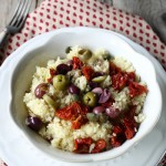 Insalata di couscous con pomodori secchi, acciughe, olive e capperi
