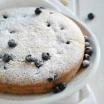 Torta ai mirtilli neri, mandorle, nocciole e semi di lino senza uova, burro e olio
