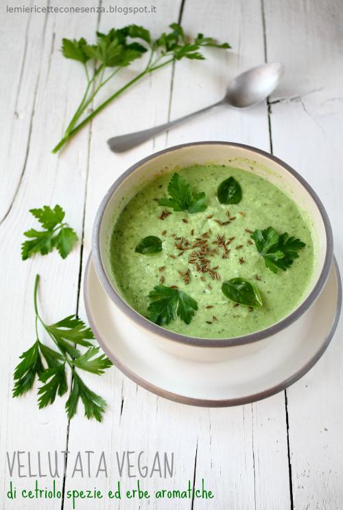 Vellutata vegan di cetriolo, spezie ed erbe aromatiche