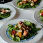 Insalata di spinacino con pere abate, noci al miele e involtini di speck e robiola