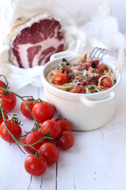 Pasta con coppa, pomodorini e pinoli