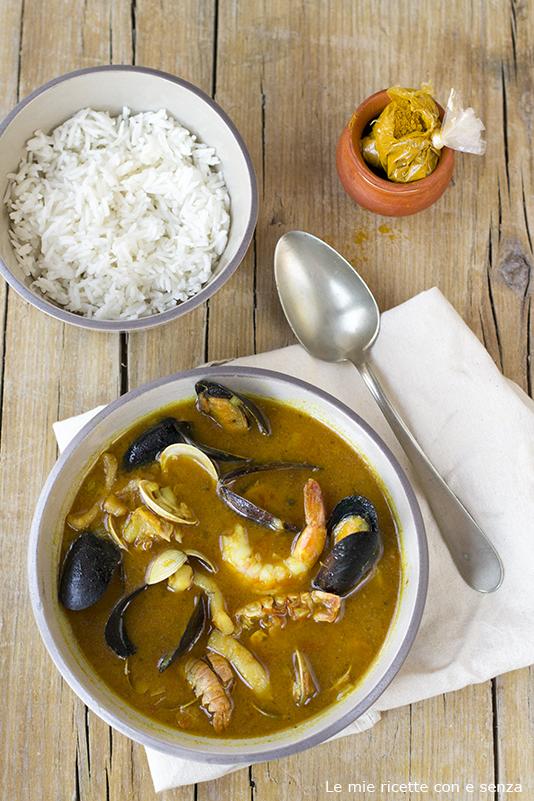 Zuppa di pesce e frutti di mare al curry
