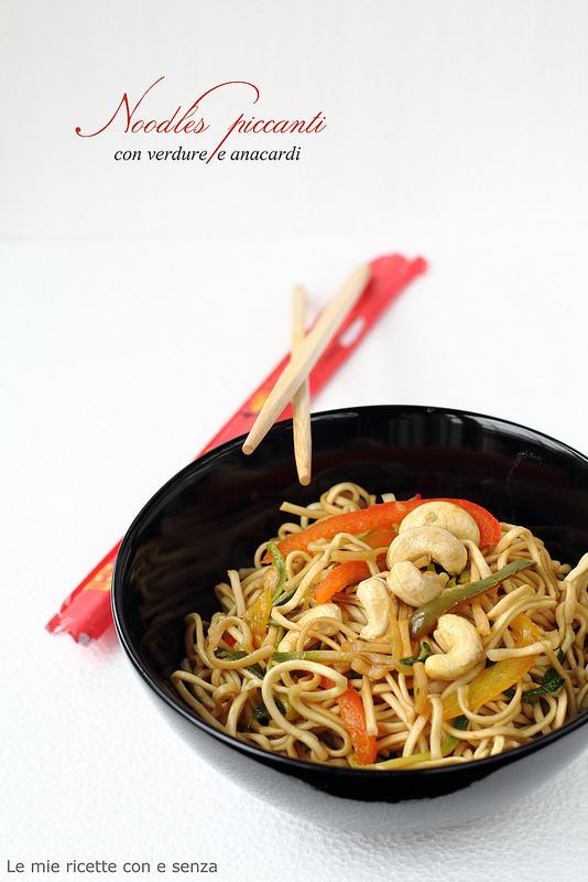 Noodles di grano piccanti alle verdure e anacardi
