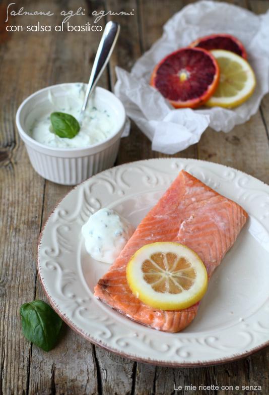 Salmone al forno agli agrumi con salsa di yogurt al basilico
