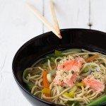 Zuppa di noodles con salmone ai semi di canapa