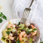 Insalata di pasta con polpo, gamberi e avocado