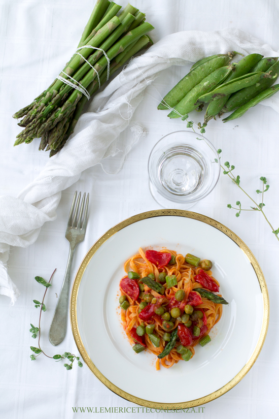 Tagliatelle con piselli freschi e asparagi verdi