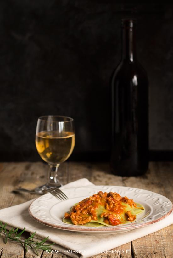 Ravioli tondi con ripieno di sedano di Verona conditi con ragù di casa