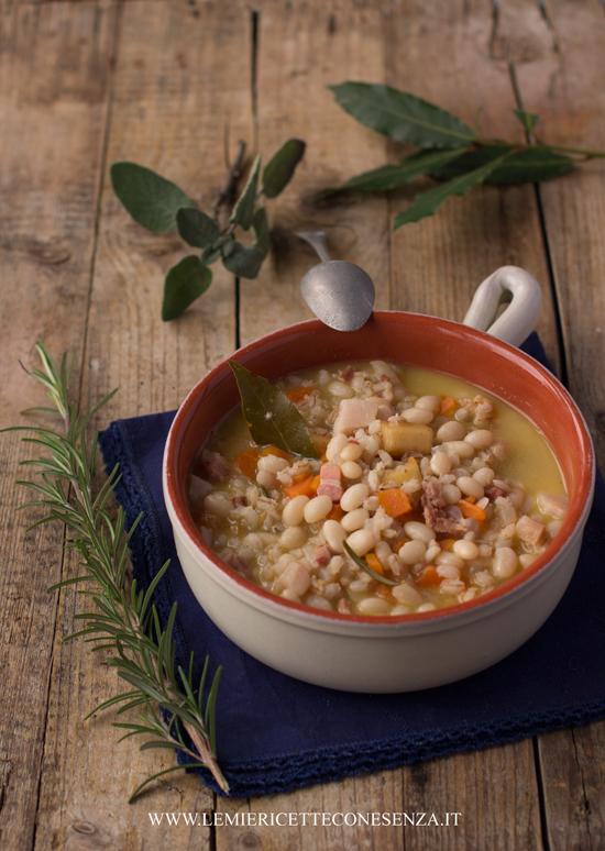 Zuppa di fagioli e orzo con croste di parmigiano ed erbe aromatiche