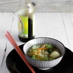 Zuppa di noodles vegetariana con verdure di stagione
