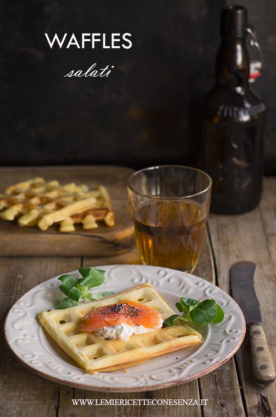 Waffles salati all'olio extravergine con salmone affumicato e robiola