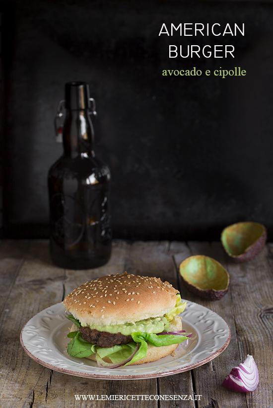 Hamburger con avocado e cipolle rosse