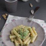 Pasta con pesto di broccolo romano e nocciole