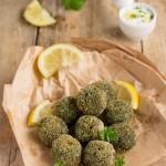 Polpette vegetali di piselli freschi e verdure con salsa allo yogurt e limone