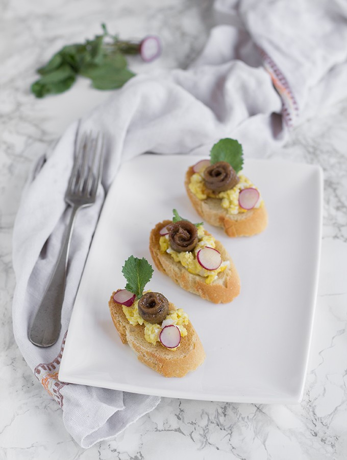 crostini di pane con alici e uova