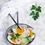 Insalata di riso basmati con uova, gamberetti e ananas