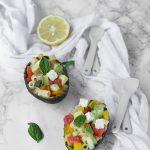 Insalata di pasta vegetariana con avocado e feta