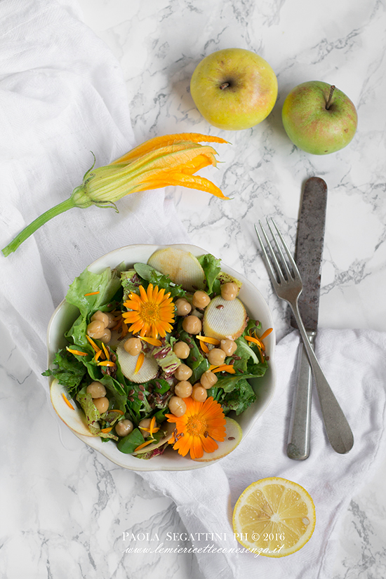 Insalata di ceci, radicchio, mele e fiori di calendula