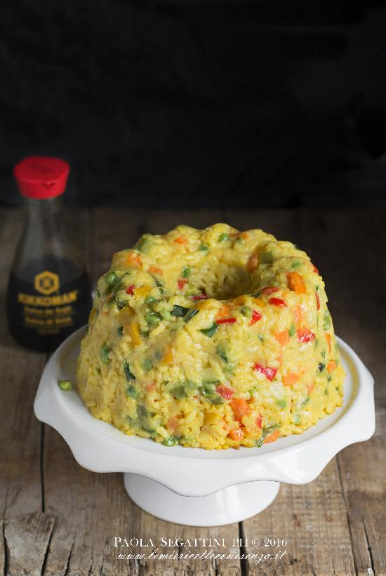 Sformato di riso alla salsa di soia con verdure, ripieno filante e crema al Parmigiano.