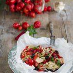 Spaghetti al cartoccio con pomodorini del Piennolo del Vesuvio, acciughe e olive