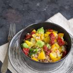Insalata di farro con cavolo romanesco, peperoni e pomodori secchi