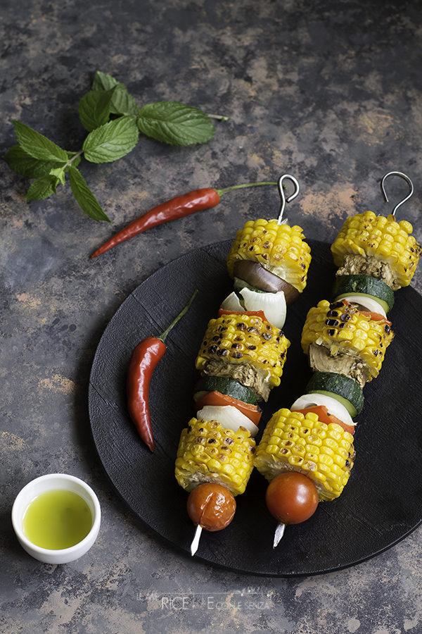 Spiegini di verdure grigliate con mais