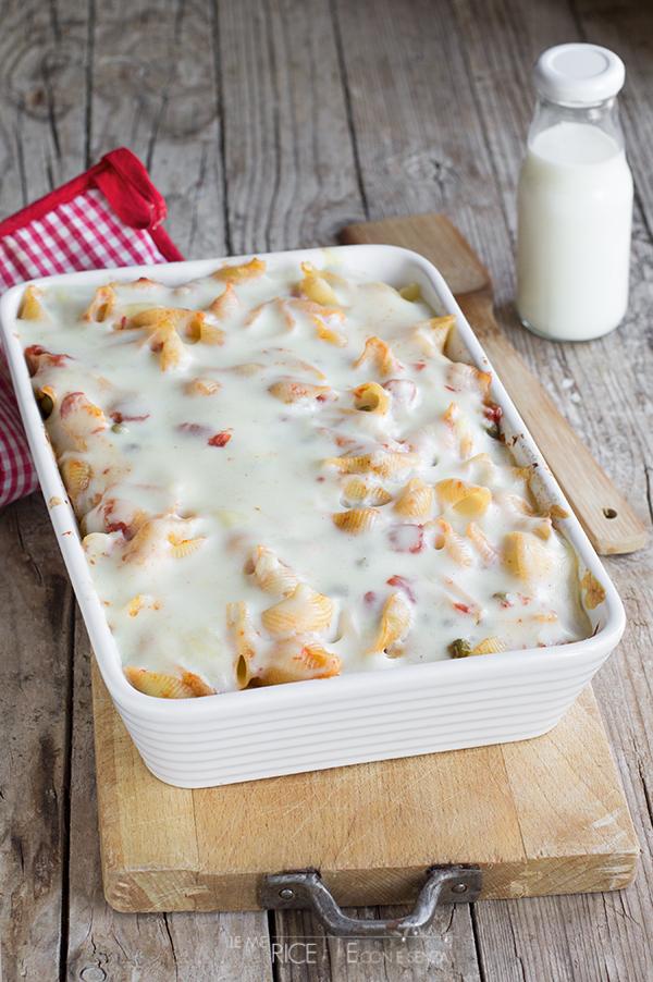 Pasta al forno vegetariana con sugo ai piselli