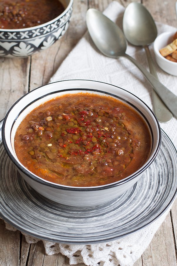 Zuppa di lenticchie cremosa con pomodoro