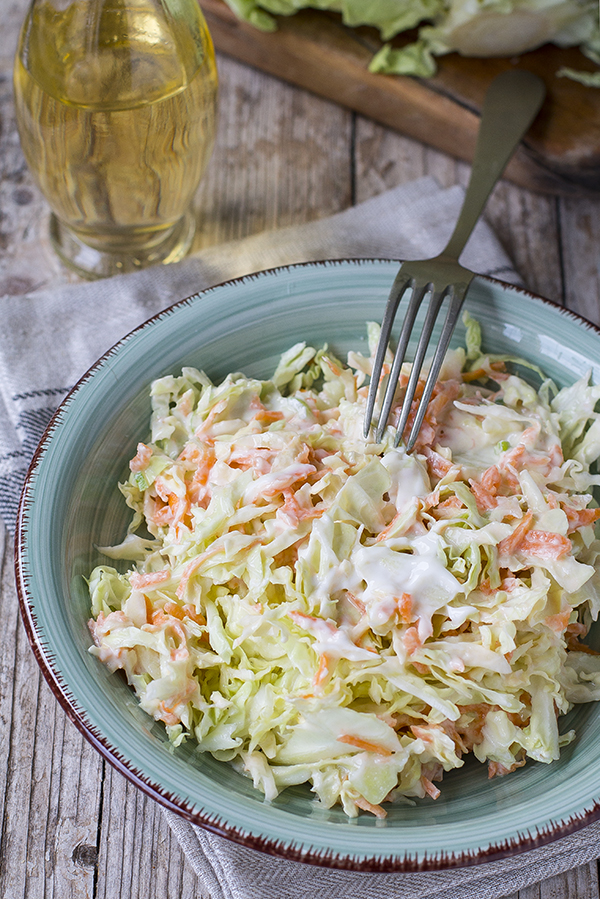 Coleslaw: insalata di cavolo americana in versione light e classica