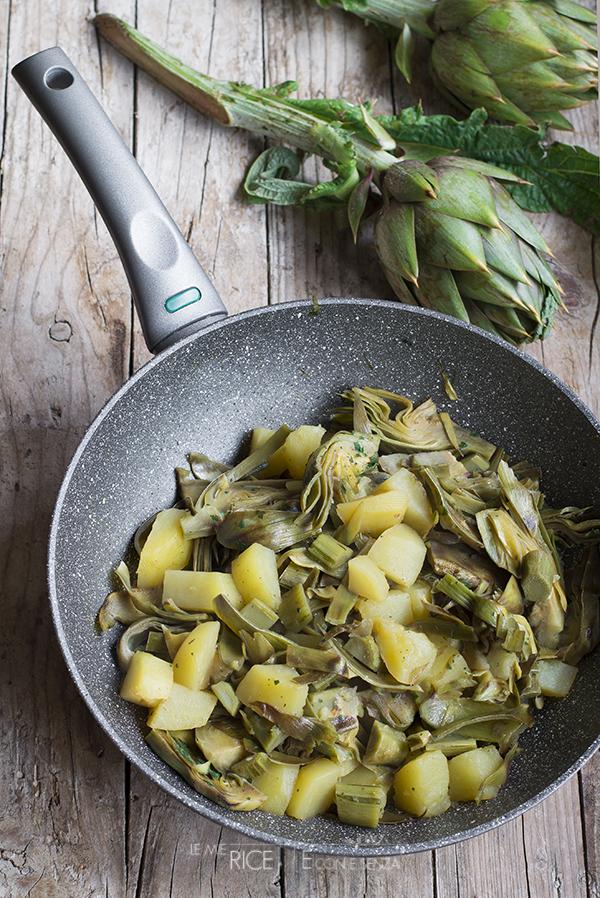 La ricetta dei carciofi e patate in padella