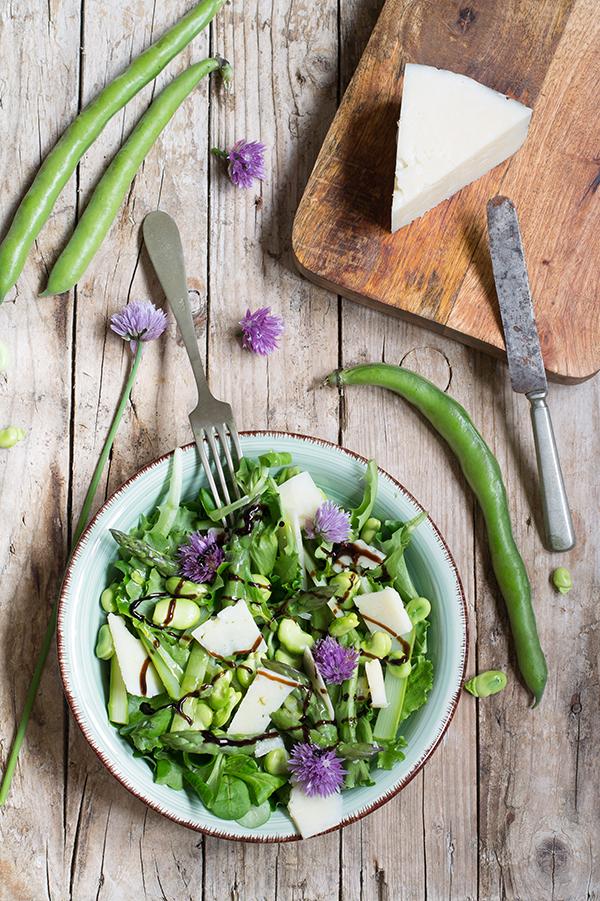 Insalata primaverile con fave e asparagi